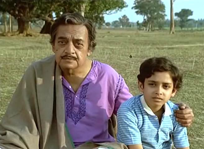 Utpal Dutt as Manomohan Mitra